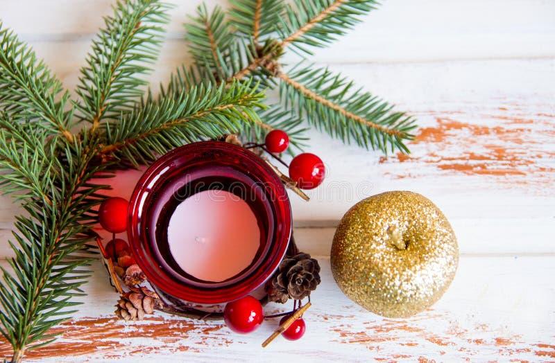 νέο έτος Κόκκινος διακοσμημένος κάτοχος κεριών Χριστουγέννων Χριστουγέννων αντιγράφων διακοσμήσεων κόκκινο διαστημικό δέντρο διακ στοκ φωτογραφίες