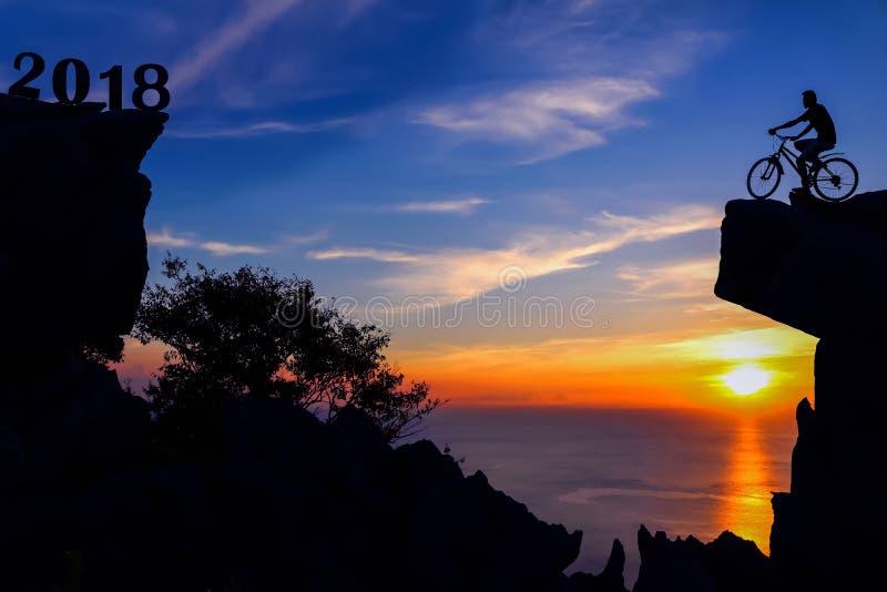Νέο έτος 2018 με το άτομο και το ποδήλατο στο βουνό στοκ φωτογραφία με δικαίωμα ελεύθερης χρήσης