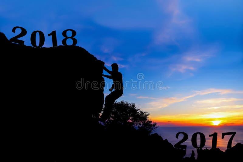 Νέο έτος 2018 με το άτομο που αναρριχείται στο βουνό στοκ εικόνες