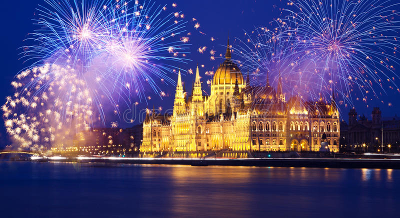 Νέο έτος στην πόλη - Βουδαπέστη με τα πυροτεχνήματα στοκ εικόνα με δικαίωμα ελεύθερης χρήσης