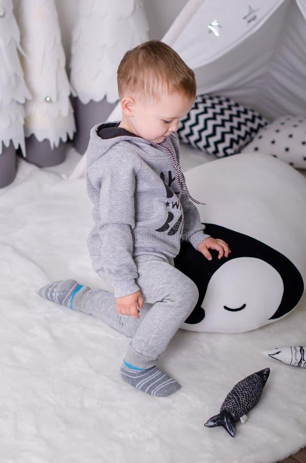 Νέο έτος στο Σκανδιναβικό ύφος, χριστουγεννιάτικο δέντρο, Mom με ένα παιδί, παιχνίδια παιδιών ` s, μωρό ύπνου στοκ φωτογραφία με δικαίωμα ελεύθερης χρήσης