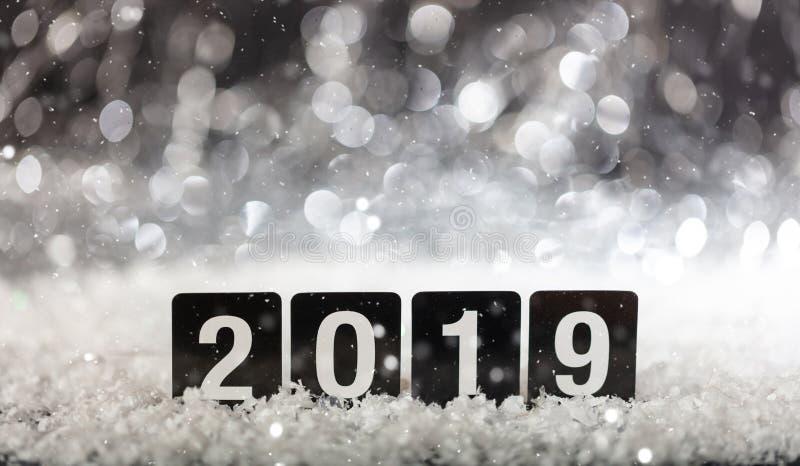 2019, νέο έτος στο χιόνι στη νύχτα στοκ εικόνα
