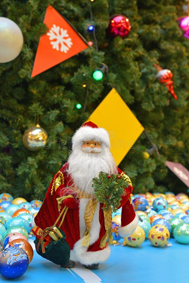 νέο έτος Χριστουγέννων Άγιος Βασίλης στο υπόβαθρο του χριστουγεννιάτικου δέντρου και των σφαιρών στοκ φωτογραφίες με δικαίωμα ελεύθερης χρήσης
