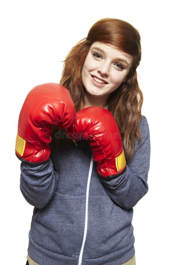 Νέο έφηβη που φορά το χαμόγελο γαντιών εγκιβωτισμού στοκ εικόνες με δικαίωμα ελεύθερης χρήσης