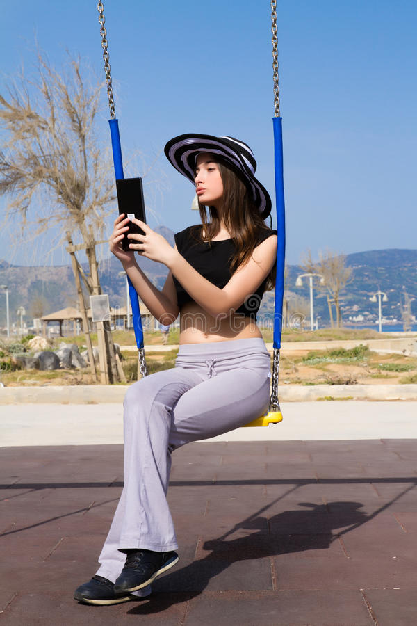 Νέο έφηβη που χρησιμοποιεί μια ταμπλέτα στοκ εικόνα με δικαίωμα ελεύθερης χρήσης
