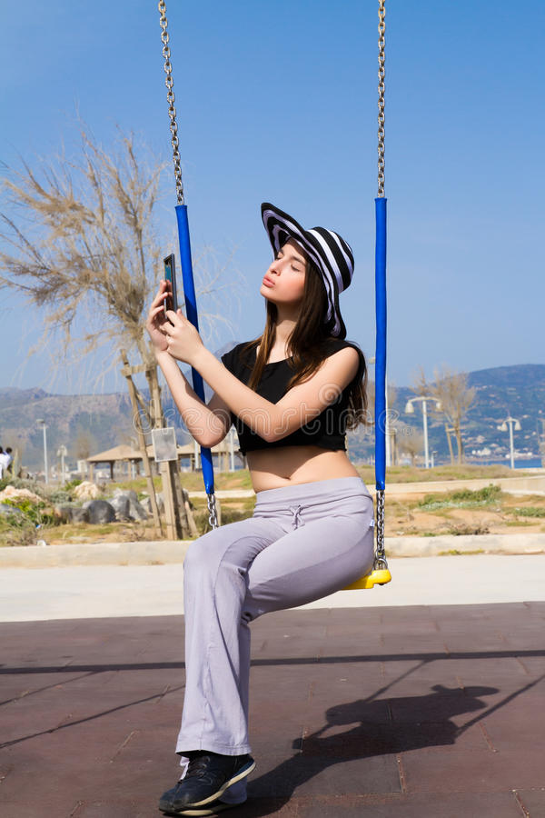 Νέο έφηβη που χρησιμοποιεί μια ταμπλέτα στοκ φωτογραφία