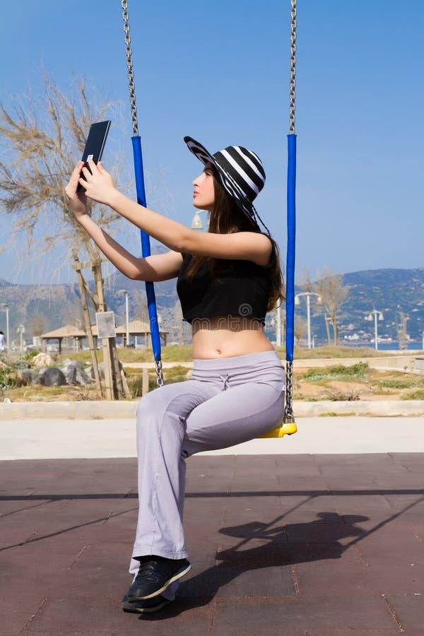 Νέο έφηβη που χρησιμοποιεί μια ταμπλέτα στοκ φωτογραφία με δικαίωμα ελεύθερης χρήσης