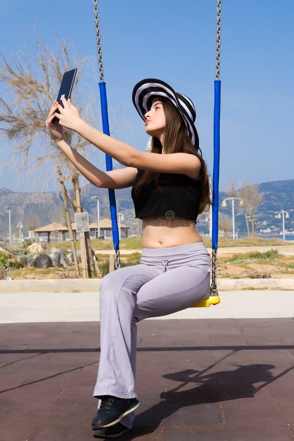 Νέο έφηβη που χρησιμοποιεί μια ταμπλέτα στοκ φωτογραφίες