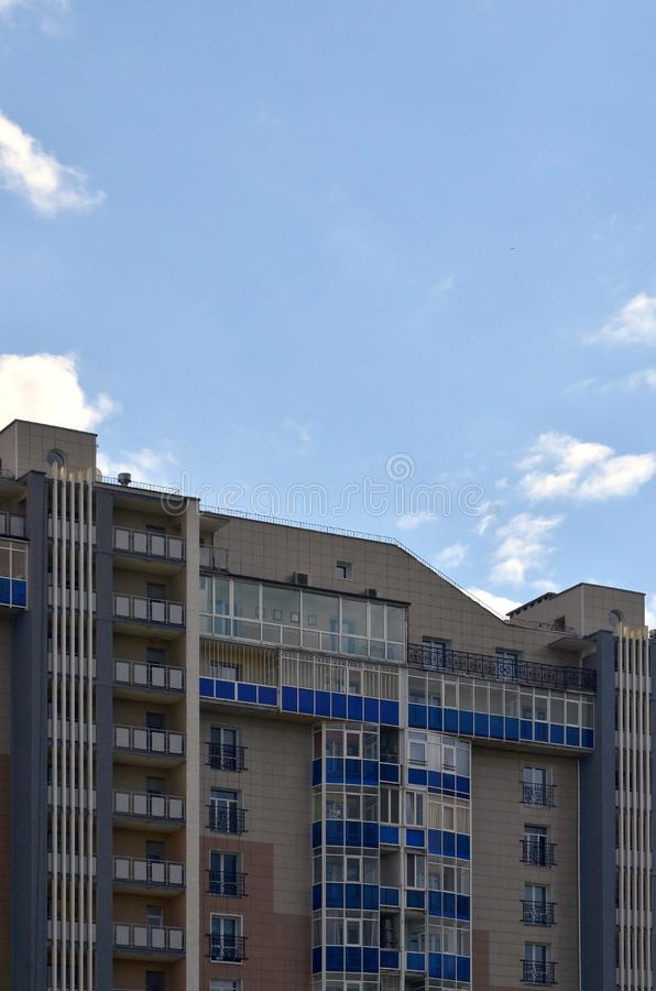 Νέο ή πρόσφατα ολοκληρωμένο multi-storey κατοικημένο κτήριο με τα παράθυρα και τα μπαλκόνια Ρωσικός τύπος σπιτιού buildin στοκ εικόνες με δικαίωμα ελεύθερης χρήσης