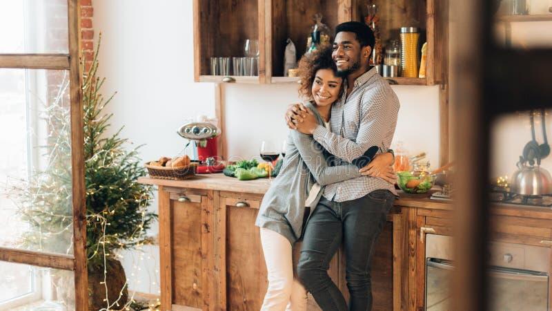 Νέο αγαπώντας ζεύγος που έχει τον καλό χρόνο στο πρωί Χριστουγέννων στοκ εικόνα με δικαίωμα ελεύθερης χρήσης