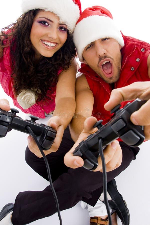 Νέο αγαπώντας ζεύγος στο πάτωμα που παίζει το τηλεοπτικό παιχνίδι στοκ εικόνες με δικαίωμα ελεύθερης χρήσης