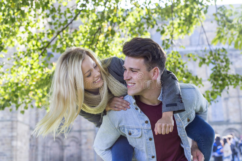 Νέο αγαπώντας ζεύγος στοκ φωτογραφία