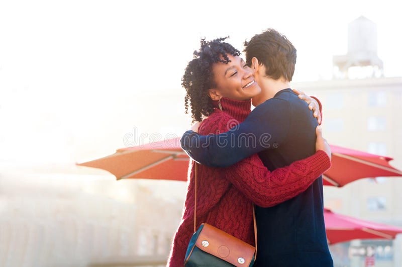 Νέο αγκάλιασμα ζευγών υπαίθριο στοκ φωτογραφία με δικαίωμα ελεύθερης χρήσης