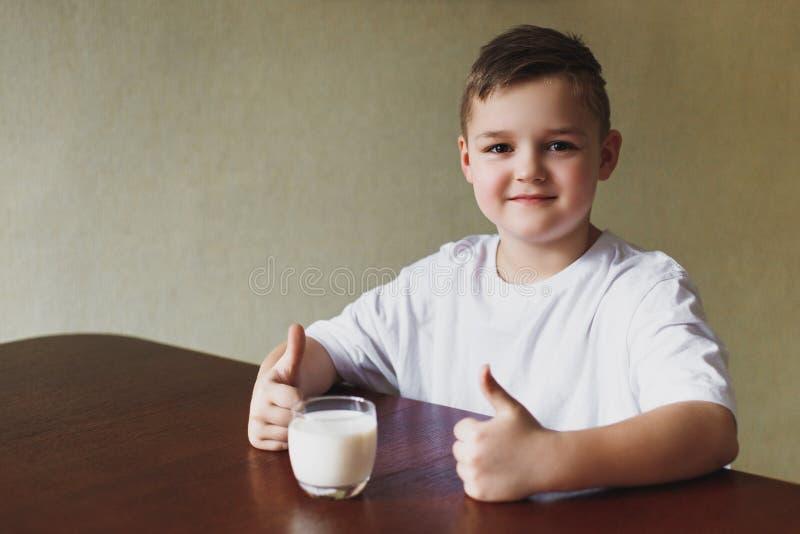 Νέο αγόρι, γάλα, πρωί στην κουζίνα στοκ φωτογραφίες με δικαίωμα ελεύθερης χρήσης