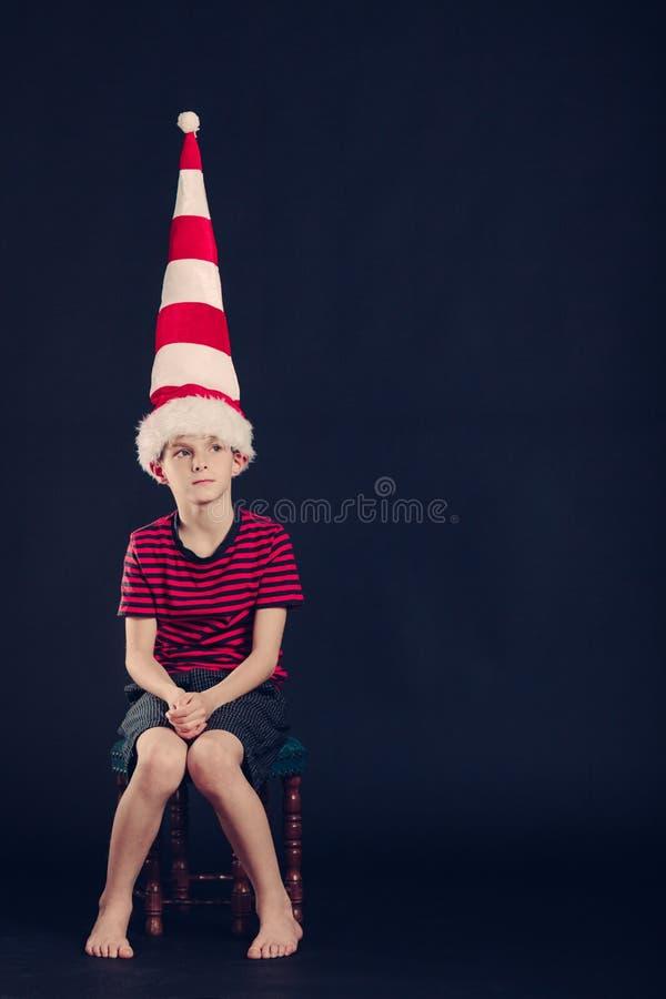 Νέο αγόρι κόκκινος και λευκός ριγωτός dunce ΚΑΠ στοκ εικόνες με δικαίωμα ελεύθερης χρήσης