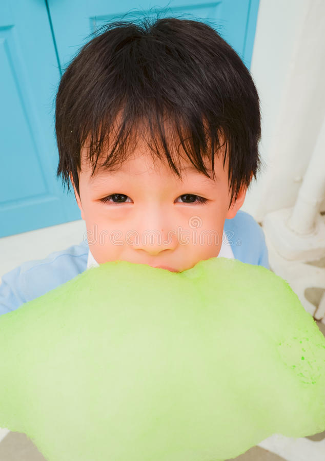 Νέο αγόρι με κάποια πράσινη χρωματισμένη καραμέλα βαμβακιού στοκ φωτογραφίες με δικαίωμα ελεύθερης χρήσης