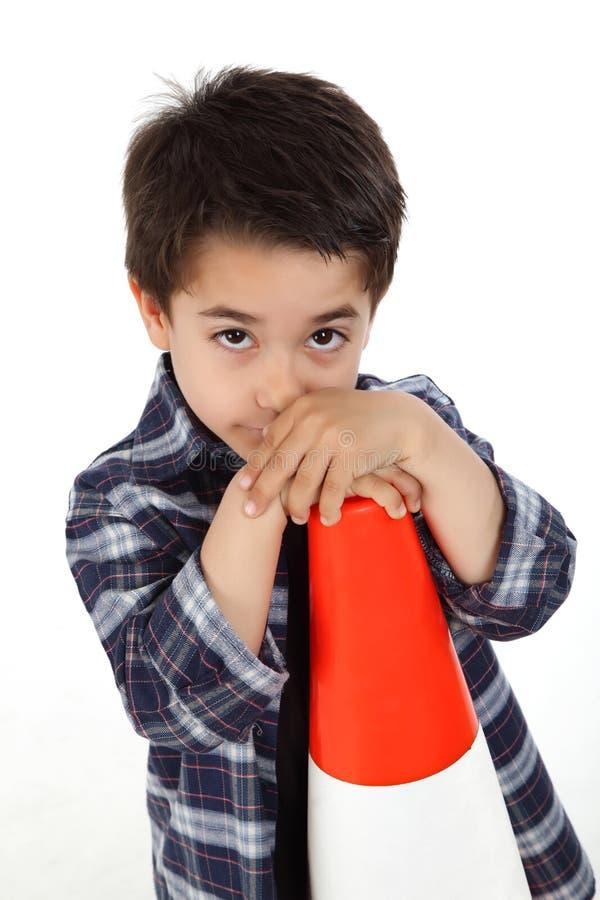 Νέο αγόρι με το οδικό σήμα κώνων στοκ φωτογραφίες