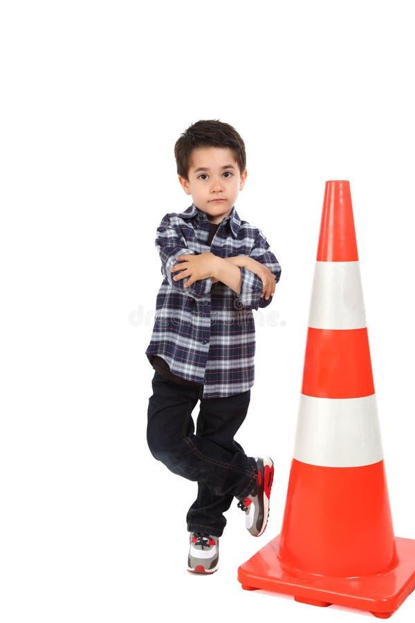 Νέο αγόρι με το οδικό σήμα κώνων στοκ φωτογραφία