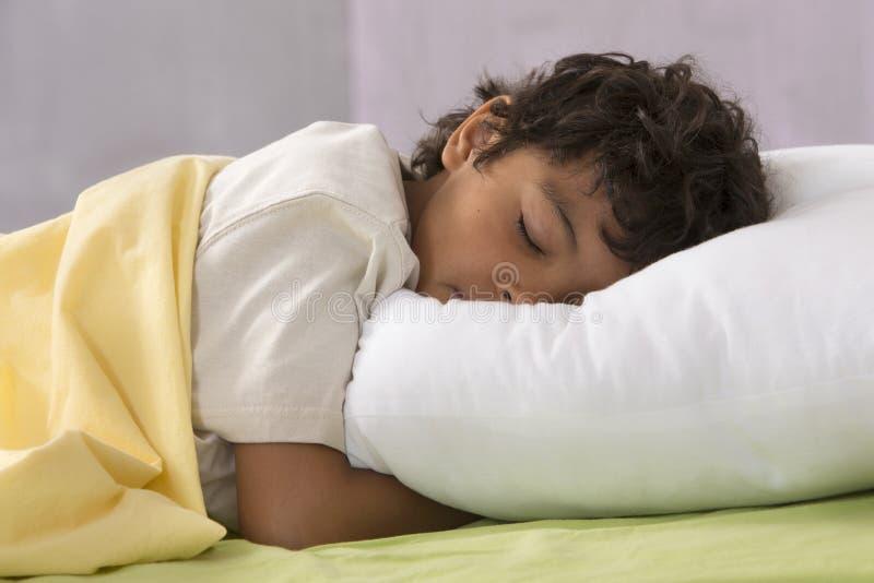 Νέο αγόρι που κοιμάται πλήρως στο κρεβάτι του στοκ φωτογραφία με δικαίωμα ελεύθερης χρήσης