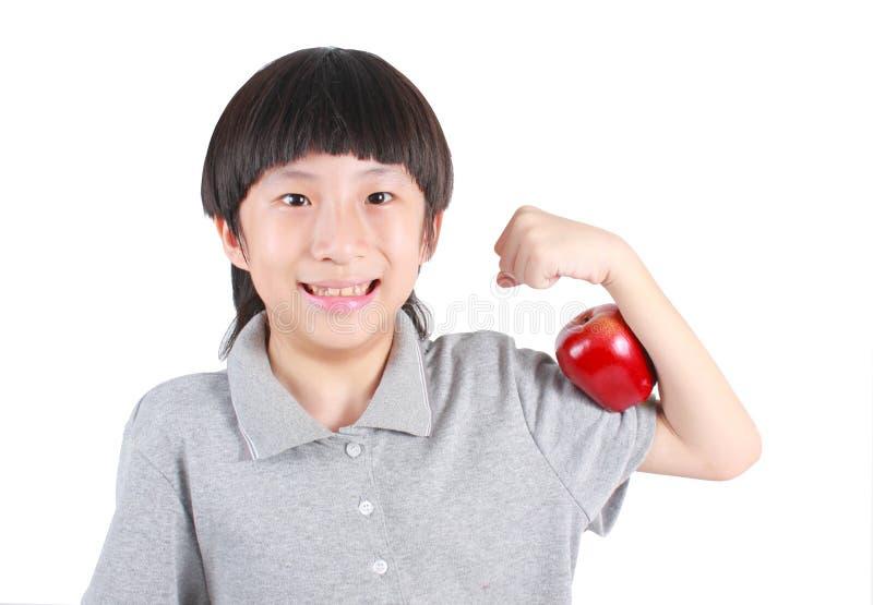 Νέο αγόρι που κρατά το κόκκινο μήλο στοκ φωτογραφία