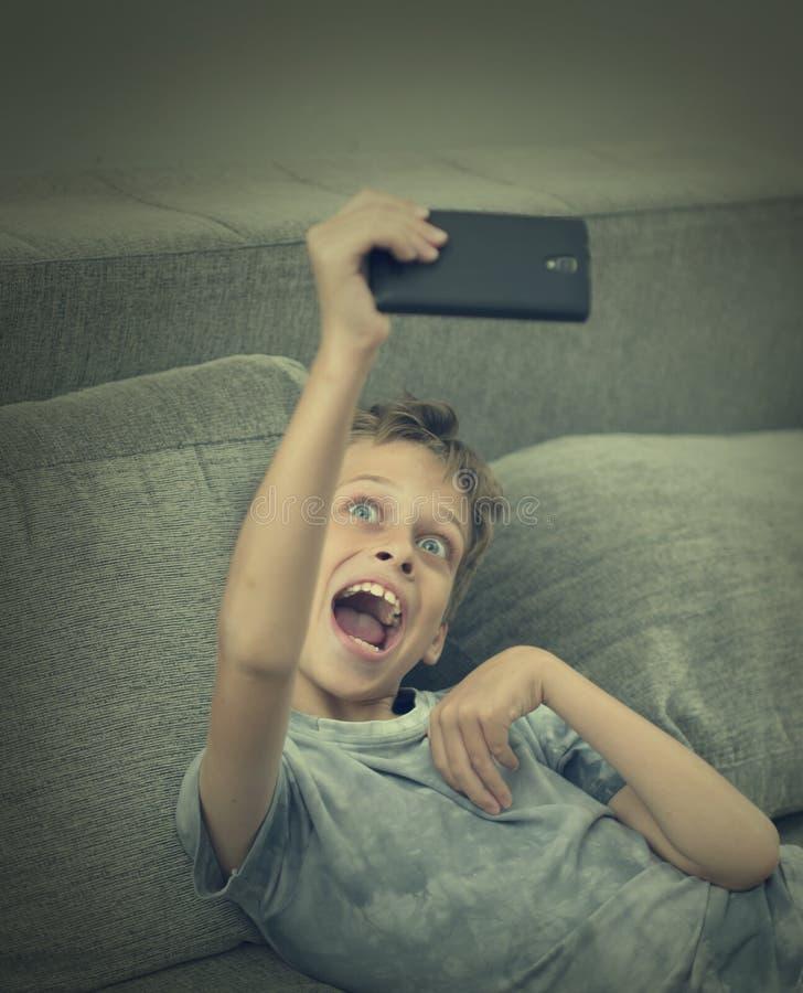 Νέο αγόρι που παίρνει το selfi στοκ εικόνα