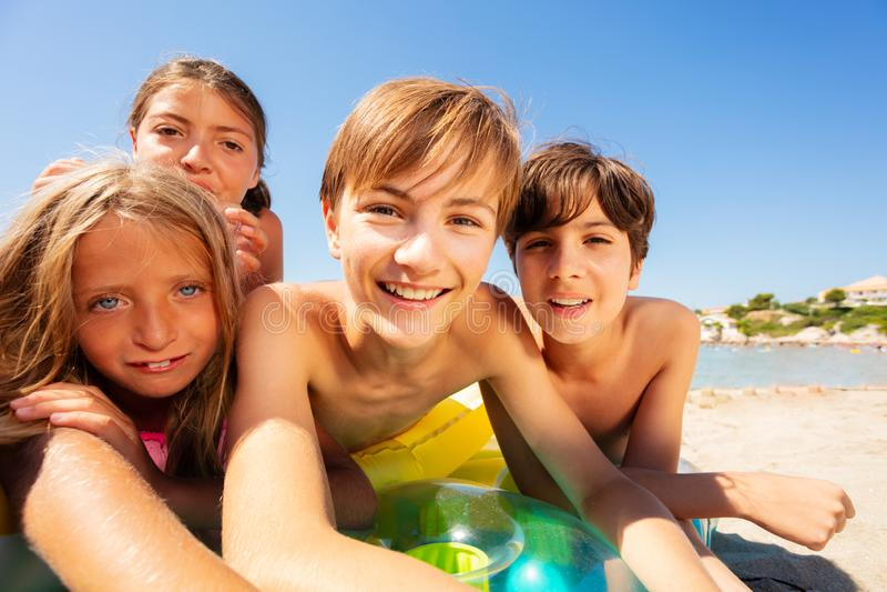 Νέο αγόρι που παίρνει selfie με τους φίλους στην παραλία στοκ εικόνες με δικαίωμα ελεύθερης χρήσης
