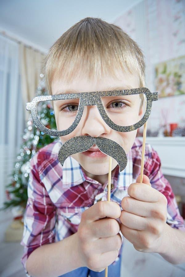 Νέο αγόρι που φορά τα πλαστά mustaches και τα γυαλιά στοκ φωτογραφίες με δικαίωμα ελεύθερης χρήσης
