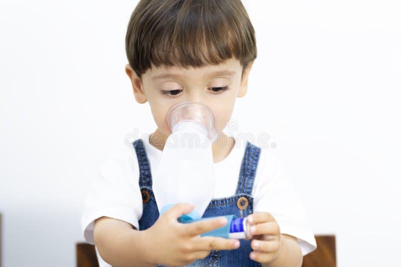 Νέο αγόρι που χρησιμοποιεί Inhaler στοκ εικόνα με δικαίωμα ελεύθερης χρήσης