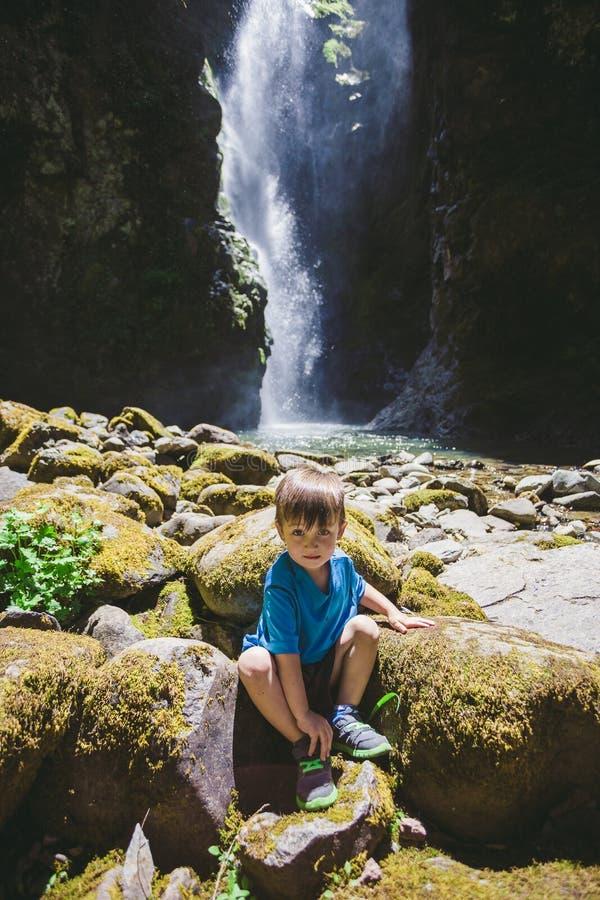 Νέο αγόρι στις πτώσεις Pinard στο Όρεγκον στοκ εικόνα