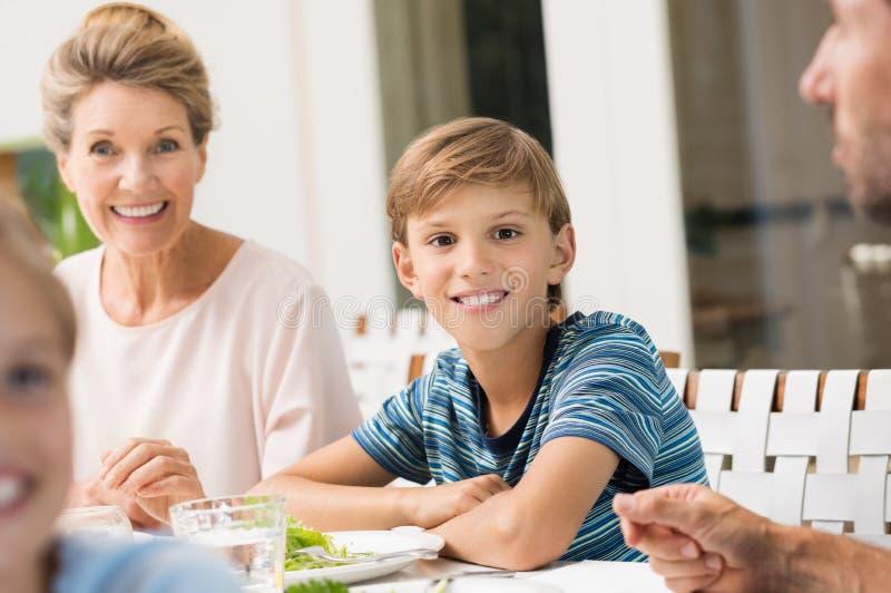 Νέο αγόρι στο μεσημεριανό γεύμα στοκ εικόνες