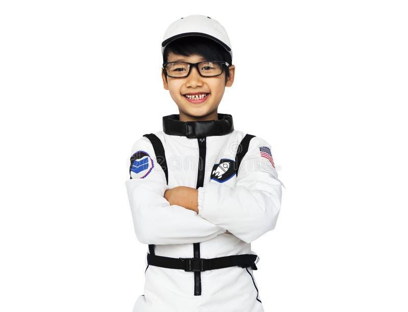 Νέο αγόρι στο πορτρέτο στούντιο κοστουμιών αστροναυτών στοκ εικόνα με δικαίωμα ελεύθερης χρήσης