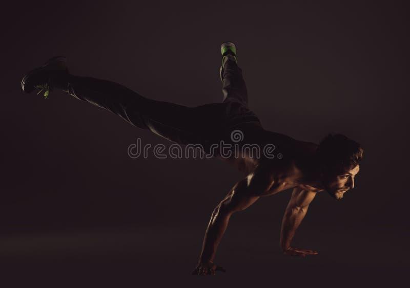 Νέο αθλητικό άτομο που κάνει τις ασκήσεις γιόγκας στοκ φωτογραφία με δικαίωμα ελεύθερης χρήσης