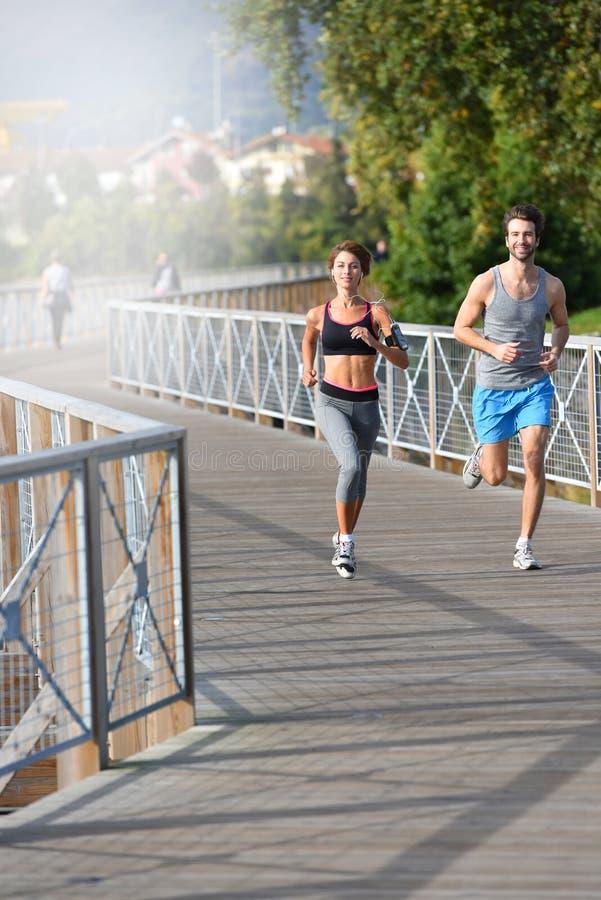 Νέο αθλητικό ζευγών στη γέφυρα στοκ εικόνα με δικαίωμα ελεύθερης χρήσης