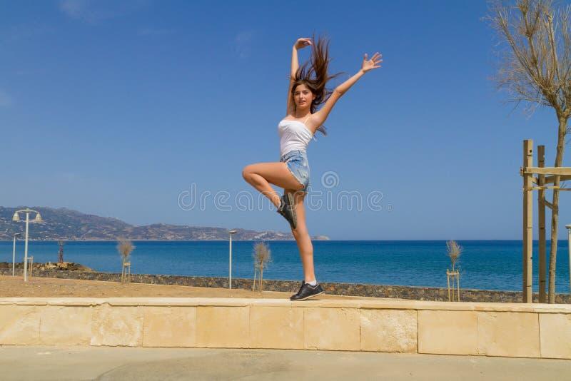 Νέο αθλητικό μελαχροινό μαλλιαρό κορίτσι workingout από στοκ εικόνα με δικαίωμα ελεύθερης χρήσης