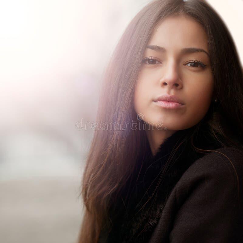 Νέο αισθησιακό πορτρέτο κοριτσιών brunette στοκ εικόνες με δικαίωμα ελεύθερης χρήσης