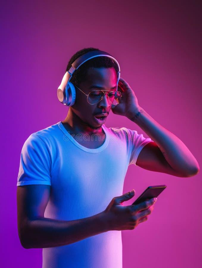 Νέο ανθρώπινο άκουσμα αφροαμερικάνων τη μουσική στο φως νέου στοκ φωτογραφία με δικαίωμα ελεύθερης χρήσης