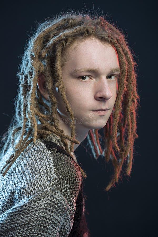 Νέο ανθρώπινο χάνω-επάνω πορτρέτο Ñ  Τύπος ύφους μόδας με το dreadlock στοκ εικόνα με δικαίωμα ελεύθερης χρήσης