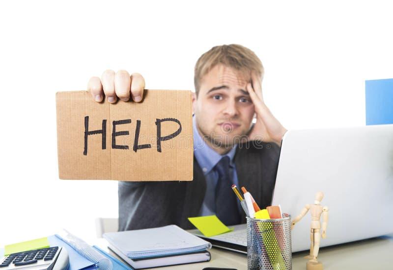 Νέο απελπισμένο σημάδι βοήθειας εκμετάλλευσης επιχειρηματιών που εξετάζει ανησυχημένο υφισμένος την πίεση εργασίας το γραφείο υπο στοκ φωτογραφία