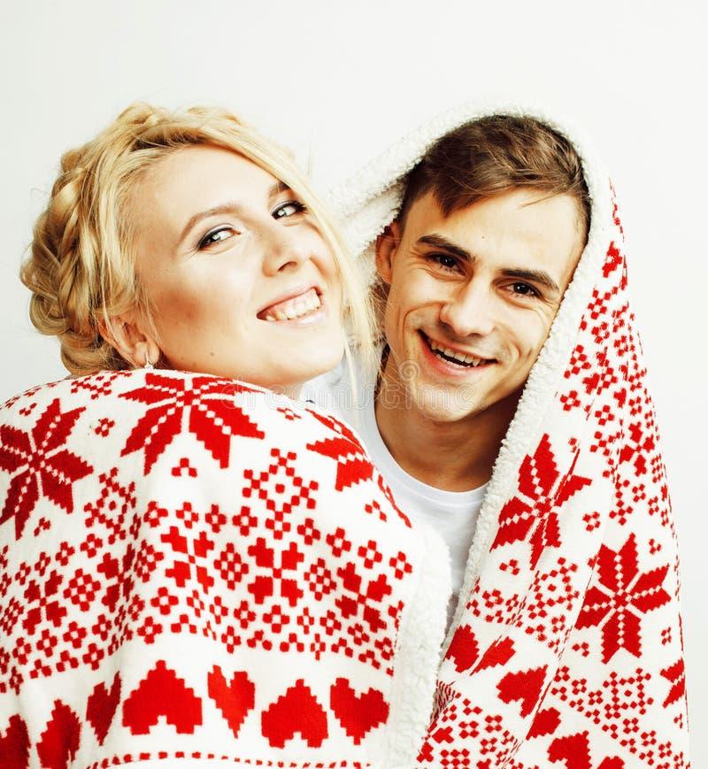 Νέο αρκετά εφηβικό ζεύγος στη χρονική θέρμανση Χριστουγέννων τον κόκκινο Δεκέμβριο στοκ εικόνα