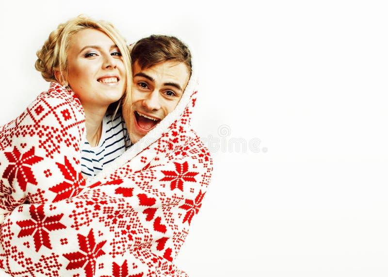 Νέο αρκετά εφηβικό ζεύγος στη χρονική θέρμανση Χριστουγέννων τον κόκκινο Δεκέμβριο στοκ εικόνες