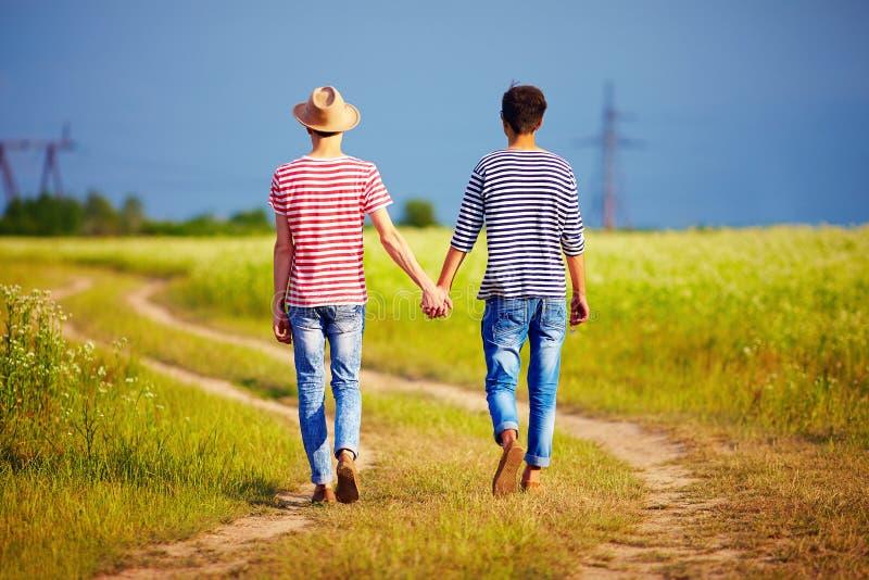 Νέο αρσενικό ζεύγος που περπατά μακριά στην πορεία θερινών τομέων στοκ φωτογραφίες με δικαίωμα ελεύθερης χρήσης