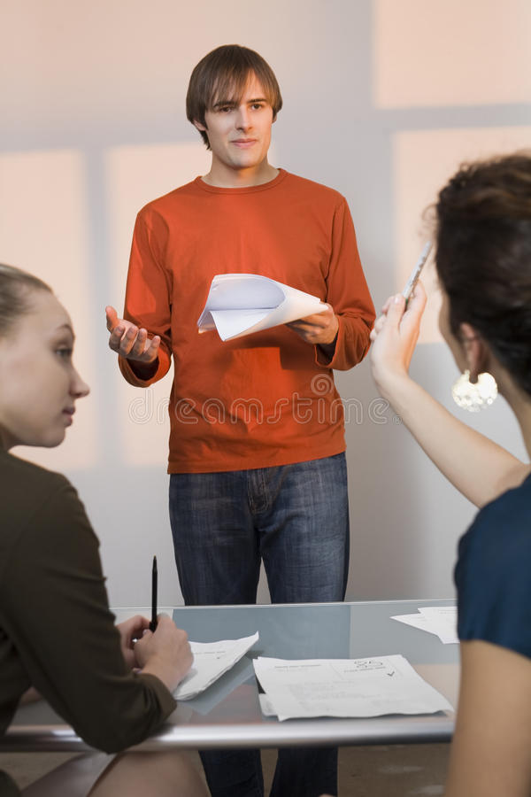 Νέο αρσενικό Auditioning για να ενεργήσει το ρόλο στοκ εικόνα με δικαίωμα ελεύθερης χρήσης