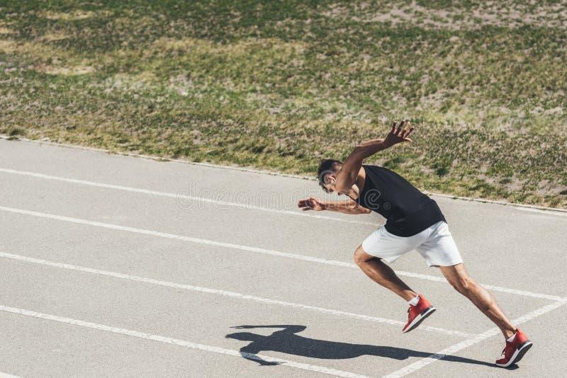 νέο αρσενικό sprinter που απογειώνεται από την αρχική θέση στοκ φωτογραφίες