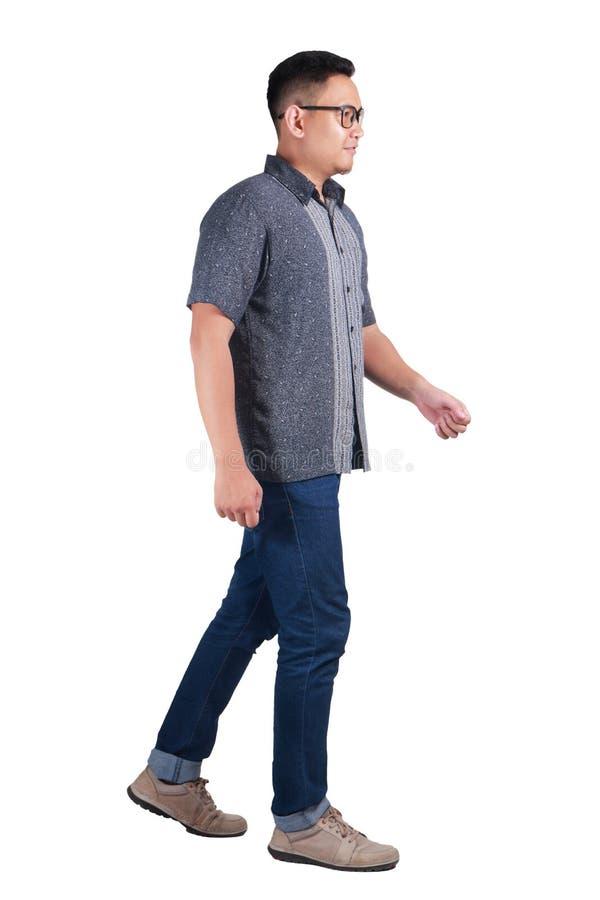 Νέο ασιατικό άτομο που στέκεται φορώντας το πουκάμισο μπατίκ στοκ εικόνες