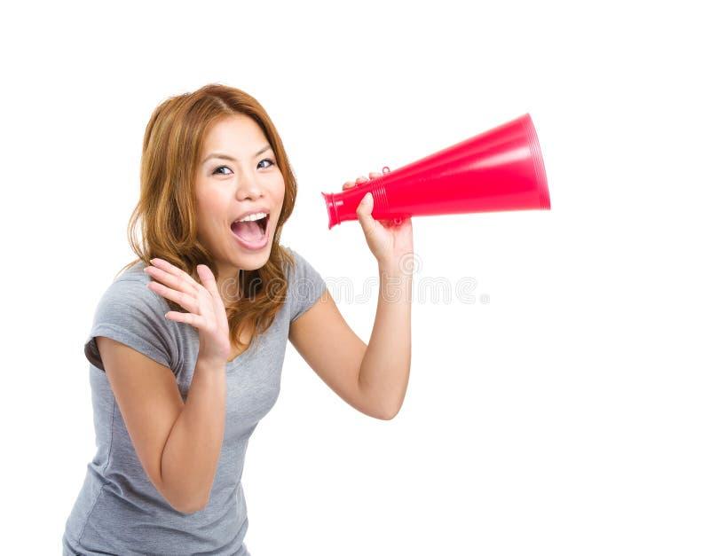 Νέο ασιατικό ενθαρρυντικό χρησιμοποιώντας megaphone γυναικών στοκ φωτογραφίες με δικαίωμα ελεύθερης χρήσης