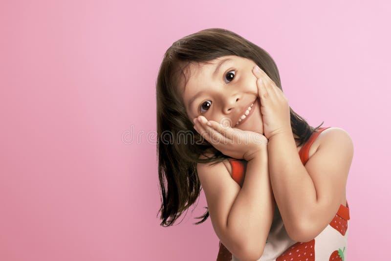 Νέο ασιατικό παιδί που χαμογελά με την ευτυχή έκφραση στοκ φωτογραφίες με δικαίωμα ελεύθερης χρήσης