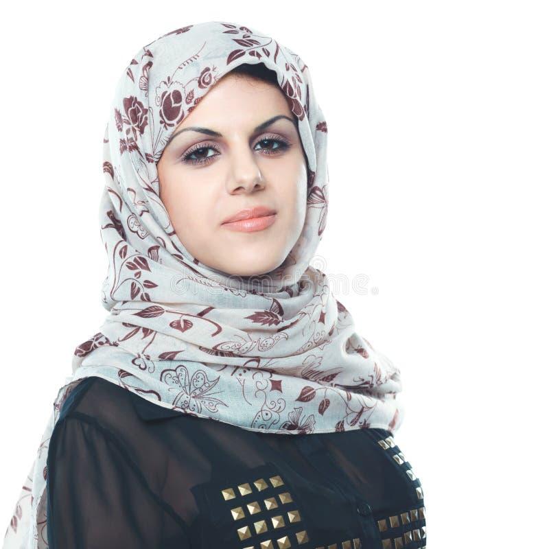 Νέο ασιατικό πορτρέτο γυναικών ένα κόκκινο επικεφαλής μαντίλι που απομονώνεται που φορά στο λευκό στοκ εικόνα