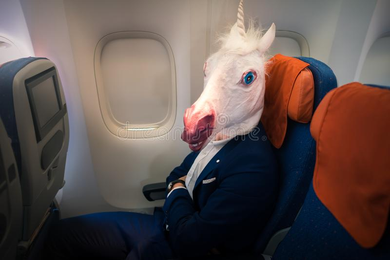 Νέο αστείο άτομο στα κωμικά ταξίδια μασκών με το αεροπλάνο στοκ εικόνες