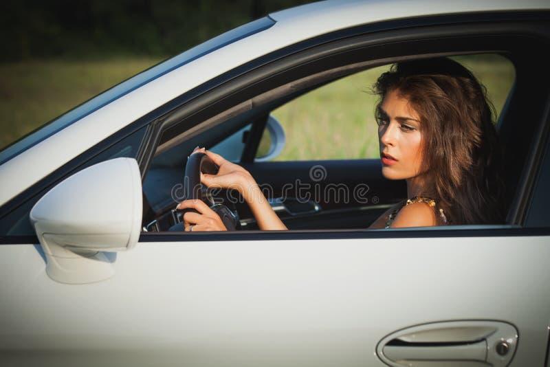 Νέο αυτοκίνητο κίνησης γυναικών στοκ εικόνες