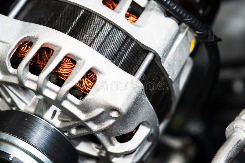 Νέο αυτοκίνητο Μετατροπή μηχανικής ενέργειας σε ηλεκτρική ενέργεια μέσα σε αυτοκίνητο κοντά στοκ φωτογραφία με δικαίωμα ελεύθερης χρήσης